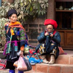 Oblečení průvodkyň mi připomíná Tibet