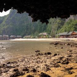 Naše bungalovy focené z jeskyně